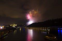 Celebración roja y amarilla asombrosa del fuego artificial del Año Nuevo 2015 en Praga con la ciudad histórica en el fondo Foto de archivo libre de regalías