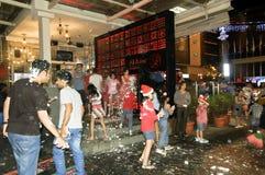 Celebración y cuenta descendiente durante Nochebuena a lo largo de la calle de la ciudad Fotos de archivo libres de regalías