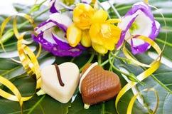 Celebración de un día especial con los chocolates del corazón Fotos de archivo
