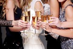 Celebración del Año Nuevo con un vidrio de champán Imagen de archivo libre de regalías