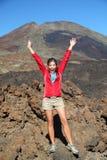 Celebración feliz de la persona que va de excursión Foto de archivo