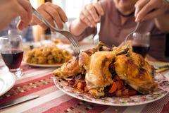 Celebraciones de familia, cena con los platos preparados en casa fotos de archivo