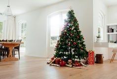 Celebraciones de la Navidad con el árbol de navidad maravillosamente adornado Fotografía de archivo libre de regalías