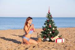 Celebraciones del Año Nuevo en un centro turístico con un cóctel en la playa Fotografía de archivo libre de regalías