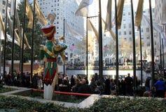 Celebraciones del día de fiesta con la gente que espera al patín, centro de Rockefeller, Nueva York, 2015 foto de archivo