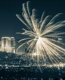 Celebraciones espectaculares del fuego artificial de Starburst del paisaje urbano imagenes de archivo