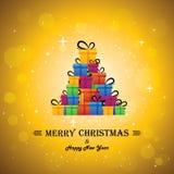 Celebraciones festivas de la Navidad con las cajas de regalo como árbol de Navidad Fotos de archivo