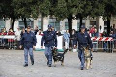 Celebraciones para el 167o aniversario de la polic?a italiana, con los soportes y las demostraciones en el cuadrado foto de archivo