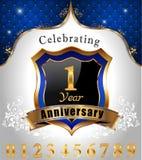 Celebrando 1 anno di anniversario, schermo dorato con il fondo reale blu dell'emblema Immagine Stock Libera da Diritti
