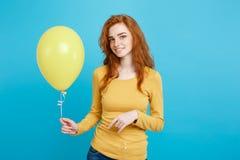 Celebrando el concepto - muchacha atractiva hermosa joven feliz del redhair del retrato ascendente cercano que sonríe con el part Fotos de archivo libres de regalías