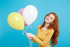Celebrando el concepto - muchacha atractiva hermosa joven feliz del redhair del retrato ascendente cercano que sonríe con el part Imagenes de archivo