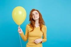 Celebrando el concepto - muchacha atractiva hermosa joven feliz del redhair del retrato ascendente cercano que sonríe con el part Fotografía de archivo libre de regalías
