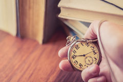 Celebrando el reloj de bolsillo viejo disponible Fotografía de archivo