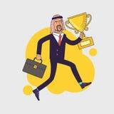 Celebrando il vincitore arabo della tenuta dell'uomo d'affari foggi a coppa il trofeo ed il funzionamento Immagine Stock Libera da Diritti