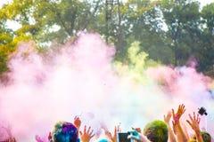 Celebranten die tijdens het Festival van kleurenholi dansen Royalty-vrije Stock Fotografie