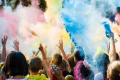 Celebranter som dansar under den färgHoli festivalen Arkivfoton