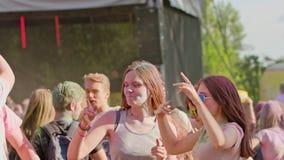 Celebranter som dansar under den färgHoli festivalen arkivfilmer