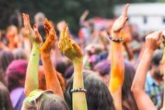 Celebrantes durante el festival de Holi Foto de archivo
