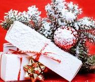 Celebração do ano novo, material do feriado do Natal, árvore, brinquedos, decoração com neve, chapéu do vermelho de Santa Imagem de Stock