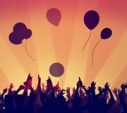 A celebração do partido da multidão dos povos bebe o conceito levantado os braços Foto de Stock Royalty Free