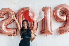 celebrating Nieuw jaar 2019 Vrouw met ballons die pret hebben royalty-vrije stock afbeeldingen
