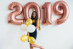celebrating Nieuw jaar 2019 Vrouw met ballons die pret hebben stock afbeelding