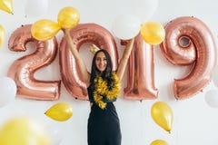 celebrating Nieuw jaar 2019 Vrouw met ballons die pret hebben stock foto