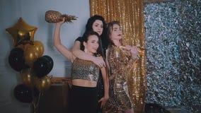 celebration As meninas bonitas estão felizes Em um fundo do ouro com balões vídeos de arquivo
