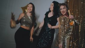 celebration As meninas bonitas estão felizes Em um fundo do ouro com balões video estoque