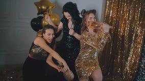 celebration As meninas bonitas estão felizes Em um fundo do ouro com balões filme