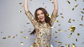 celebration Dança feliz da mulher com confetes no branco filme