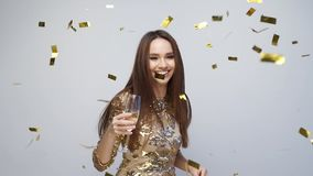 celebration Dança feliz da mulher com confetes no branco vídeos de arquivo