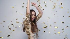 celebration Dança feliz da mulher com confetes no branco video estoque