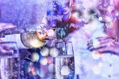 celebration Dia do `s do Valentim O Sommelier ou o garçom derramam o vinho branco em um vidro Ano novo, Natal Imagem de Stock