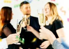 celebration Mãos que guardaram os vidros da fatura do champanhe e de vinho um brinde imagem de stock