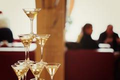 celebration Pirâmide de vidros do champanhe foto de stock