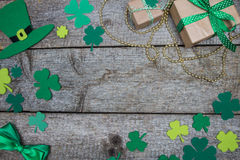 Celebratory background to St. Patricks Day clover, gold bead, hat Royalty Free Stock Photos