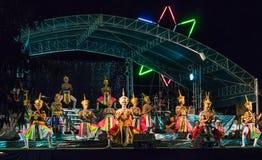 Celebratory dans på etappen som firar det kinesiska nya året Arkivfoton