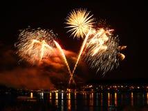 Celebratory fyrverkeri i en natthimmel Arkivfoto