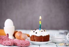 Celebratory kaka med stearinljuset Royaltyfri Bild