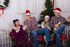 Celebrazione allegra nel Buon Natale della famiglia Fotografia Stock