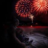 Celebrazione con i fuochi d'artificio e la famiglia Fotografie Stock