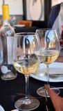 Celebrazione con i vetri di vino bianco Immagine Stock Libera da Diritti