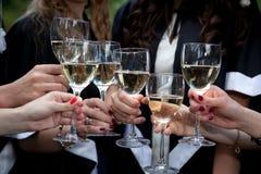 Celebrazione con un vetro di vino bianco Fotografia Stock