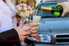 celebrazione Coppia la tenuta dei vetri di champagne che producono un pane tostato Fotografia Stock