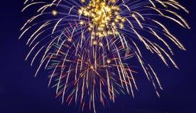 Celebrazione d'esplosione dei fuochi d'artificio contro cielo blu Fotografia Stock