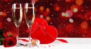 Celebrazione dei biglietti di S. Valentino con champagne Fotografia Stock Libera da Diritti