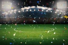 Celebrazione dei coriandoli con il fondo del campo di calcio Immagine Stock Libera da Diritti