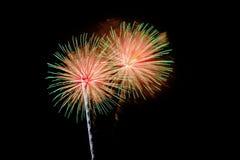Celebrazione dei fuochi d'artificio alla notte su fondo Fotografia Stock
