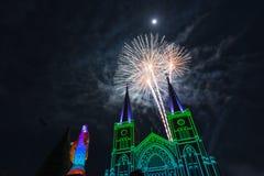 Celebrazione dei fuochi d'artificio con il Buon Natale Immagini Stock Libere da Diritti